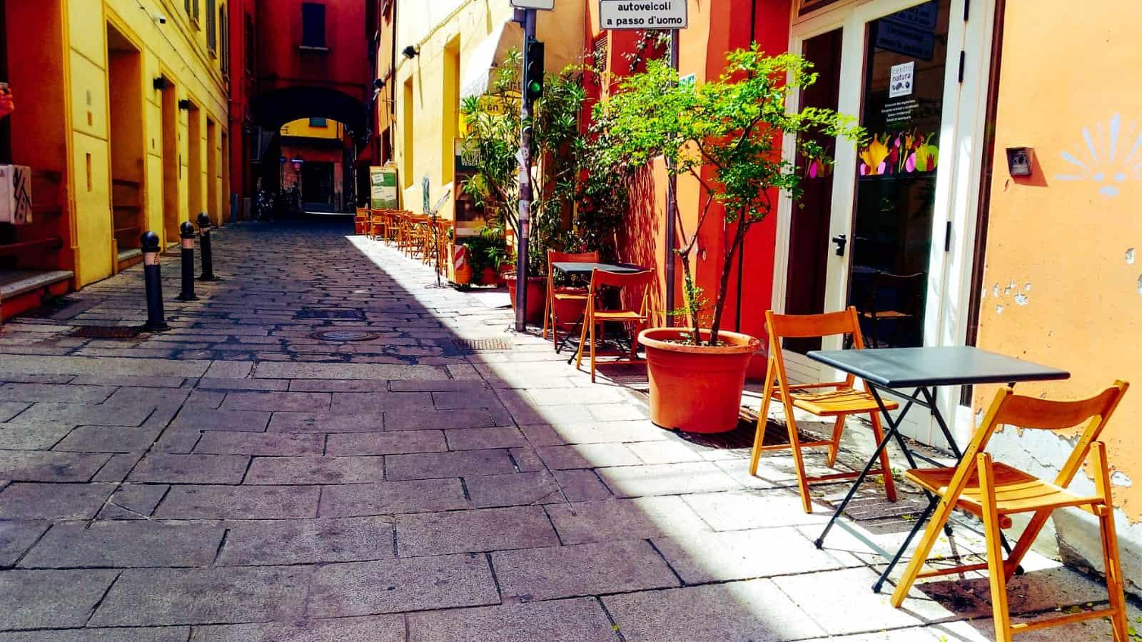 You are currently viewing Ristorante in giallo con tavoli all'esterno
